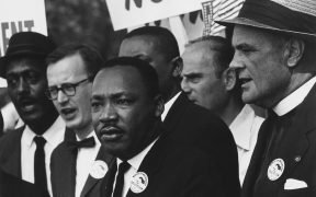 Photo de Martin Luther King lors d'une marche des droits civils à 1963