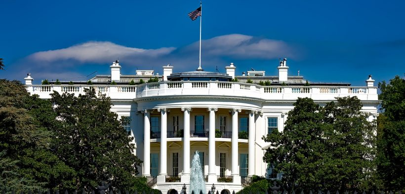 Outdoor photo of the White House on a sunny day.