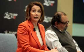Minderheidleider Nancy Pelosi spreekt met aanwezigen in een Trump Tax Town Hall, gehost door Tax March bij Events on Jackson in Phoenix, Arizona.
