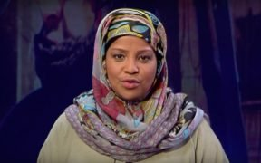 photo de Marzieh Hashemi en train de diffuser