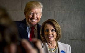 President-elect Donald J. Trump en US Speaker of the House Nancy Pelosi glimlachen voor een foto tijdens de 58th Presidential Inauguration in Washington, DC, Jan. 20, 2017.