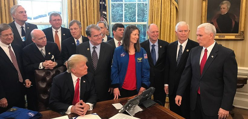 Il presidente Trump firma la Transition Authorization Act della NASA di 2017