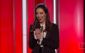De openingsmonoloog van Aubrey Plaza tijdens de Film Independent Spirit Awards (Screenshot via YouTube)