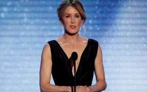 24th Screen Actors Guild Awards - Show - Los Angeles, California, EE. UU., 21 / 01 / 2018 - La actriz Felicity Huffman habla en el escenario. REUTERS / Mario Anzuoni / Foto Archivo