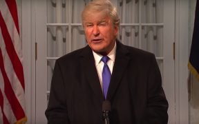 Alec Baldwin suplantando a Donald Trump en SNL. (Captura de pantalla a través de YouTube)