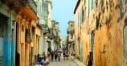 Strade con persone a L'Avana, Cuba. Foto di ansalmo_juvaga.