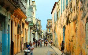 Ruas com pessoas em Havana, Cuba. Foto de ansalmo_juvaga.