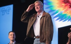 Voormalig gouverneur William Weld van Massachusetts spreekt tijdens het 2016 FreedomFest op Planet Hollywood in Las Vegas, Nevada.