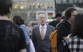 Perso tra la folla a Occupy Wall Street Union Square, a Manhattan