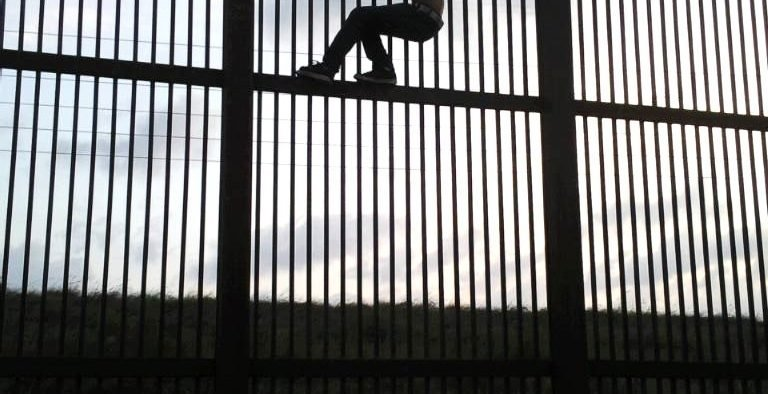 Border Wall, Brownsville, Texas, Immigrant, Crossing. July 2009 (Photo: Nofx221984, Public domain)