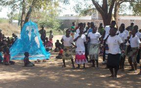 Медицинские работники по месту жительства обучают членов сообщества профилактике малярии с помощью соответствующего вывешивания и использования LLIN во время кампании по распространению LLIN для кампании «Представьте себе малярию». Шанси Нтховела, координатор Правления Объединенной методистской церкви Малави