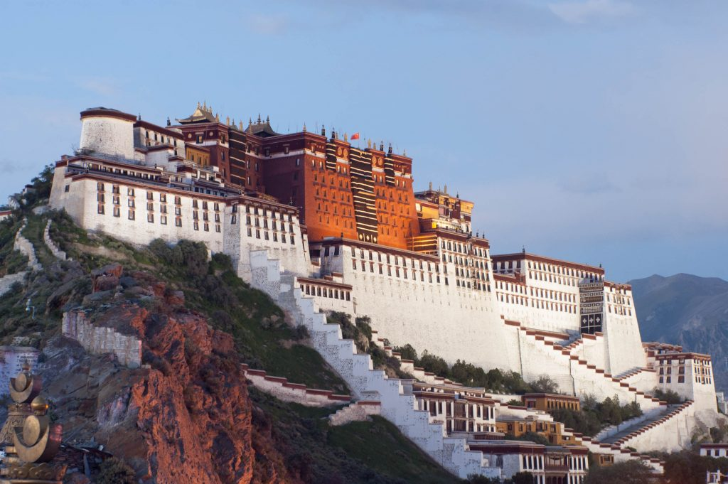 西藏自治区拉萨的布达拉宫(藏语:ཕོ་བྲང་པོ་ཏ་ལ་,Wylie:pho brang Potala)是达赖喇嘛的住所,直到14达赖喇嘛在1959中国期间逃往印度侵入。 它现在是一个博物馆和世界遗产。 (照片来自)