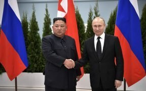 व्लादिमीर पुतिन डेमोक्रेटिक पीपुल्स रिपब्लिक ऑफ कोरिया के राज्य मामलों के अध्यक्ष किम जोंग-उन के साथ।