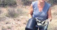 Jane é voluntária em seu capítulo de samaritanos locais, que faz passeios para deixar a água e procurar por qualquer imigrante que precise atravessar o deserto do Arizona.