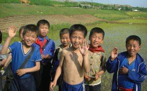 उत्तर कोरियाई बच्चे। उत्तर ह्वांगहे प्रांत में, कासिंग से हाएजू के रास्ते में कहीं ले जाया गया। जून, एक्सएनयूएमएक्स। (फोटो: फ्लिकर, स्टेपहान)