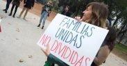 Protesta contro le politiche dell'immigrazione Trump presso l'ambasciata degli Stati Uniti