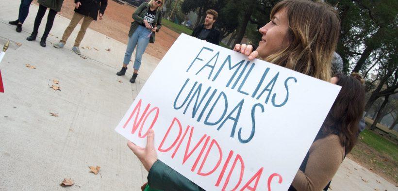 Protestando as políticas de imigração do Trump na Embaixada dos EUA