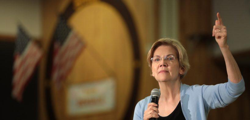 美国参议员伊丽莎白沃伦在内华达州拉斯维加斯的博南扎高中的市政厅与支持者交谈。