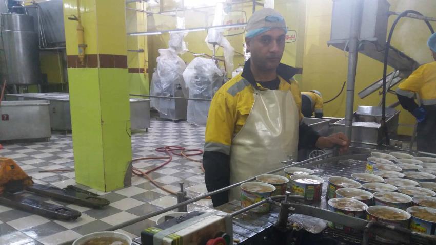 Een werknemer bij de Pioneer fabriek voor ingeblikt voedsel in Gaza