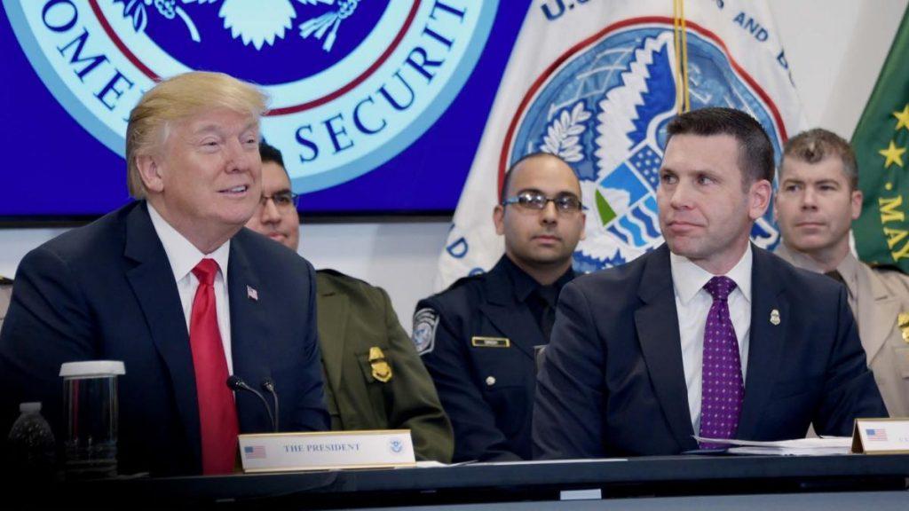 Президент Трамп присутствует на брифинге о нелегальной иммиграции и контрабанде незаконных наркотиков вместе с комиссаром США по таможенному и пограничному контролю Кевином Макалинаном в Национальном целевом центре CBP в Стерлинге, Вирджиния, 2. Фото DHS от Jetta Disco