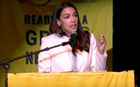 Captura de pantalla de la transmisión en vivo de Sunrise Movement de la parada final en el Tour Road to a Green New Deal con Bernie Sanders, AOC y muchos más.