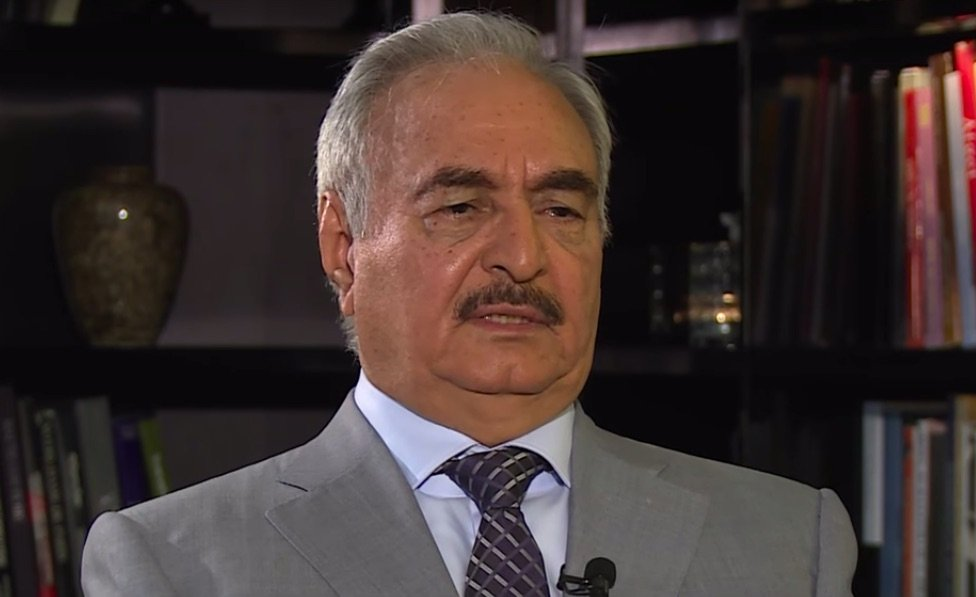 Khalifa Haftar in een 2017 interview met France 24 (YouTube screenshot)