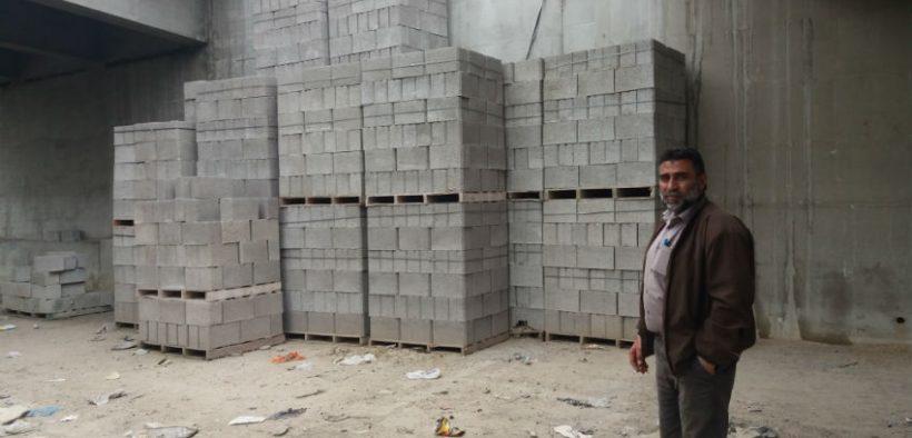 Naser Abu Karsh in zijn baksteenfabriek, ten zuiden van Gaza-stad. (Foto: Rami Alghameri)