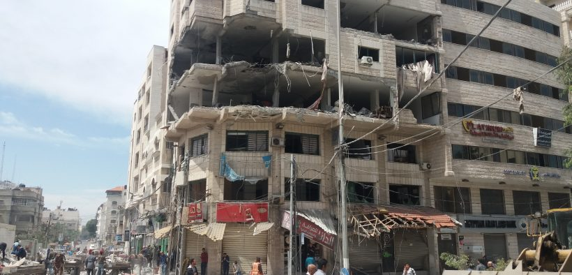 Um dos edifícios que aviões de guerra israelenses atingiram na cidade de Gaza. O edifício envolve a Agência de Notícias Turca Anadol - Foto de Rami Almeghari