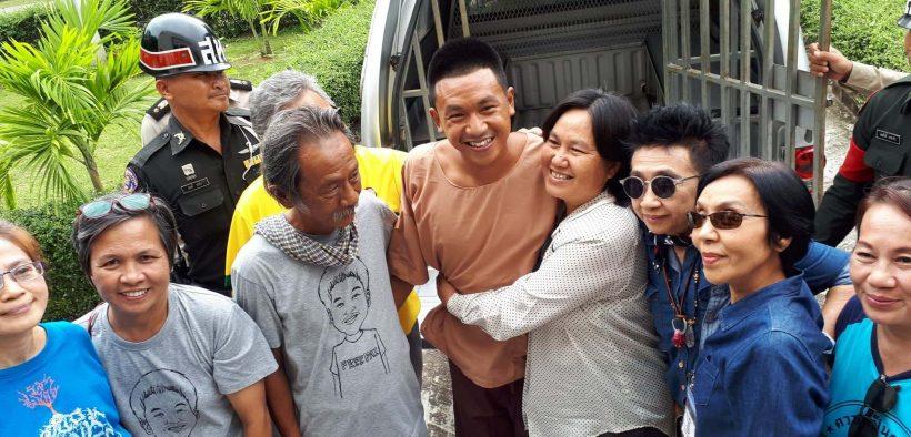 Pai e sua família fora da prisão de Khon Kaen. (Foto: Advogados Tailandeses pelos Direitos Humanos)