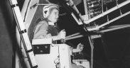 Jerrie Cobb, una mujer piloto muy conocida en los 1950, está probando el Gimbal Rig en el túnel de viento de Altitude, AWT en abril 1960. El Gimbal Rig, formalmente llamado MASTIF o la Instalación de Inercia de Prueba Espacial de Eje Múltiple, se usó para entrenar a los astronautas para controlar el giro de una nave espacial en movimiento. Jerrie Cobb fue la primera mujer en pasar las tres fases del Programa Mercury Astronaut, pero las reglas de la NASA estipularon que solo los pilotos de prueba militares podrían convertirse en astronautas y no había pilotos de prueba militares femeninos. Jerrie completó esta asombrosa hazaña en 1961. El MASTIF se instaló en el túnel de viento Altitude en el Centro de Investigación Lewis, ahora Centro de Investigación John H. Glenn. (Foto: NASA)