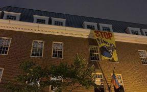 De Venezolaanse ambassade in DC zit donker nadat de stroom naar het gebouw is gesneden. Activisten zitten in het gebouw en de gasten van Venezeulan President Nicolas Maduro. Activisten bevestigden met Venezuela dat de energierekening was betaald en up-to-date was.