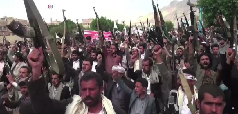 Houthis protesta contra los ataques aéreos de la coalición liderada por Arabia Saudita en Sana'a en septiembre 2015.