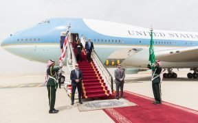 Il Presidente Donald Trump e la First Lady Melania Trump arrivano a Rihad, in Arabia Saudita, sabato, maggio 20, 2017, per l'inizio della loro visita all'estero in Arabia Saudita, Israele, Roma, Bruxelles e Taormina, in Italia. (Foto ufficiale della Casa Bianca di Shealah Craighead)