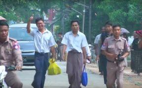 Wa Lone, 33 e Kyaw Soe Oo, 29, depois de serem libertados de uma prisão em Mianmar. (Captura de tela do YouTube)
