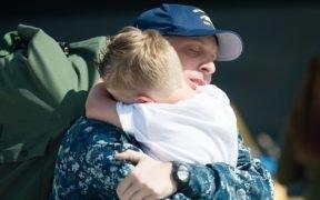 Um marinheiro que retorna de uma implantação de sete meses se reúne com sua família. (Foto da Marinha dos EUA pelo Especialista em Comunicação de Massa 3rd Classe Andre T. Richard)