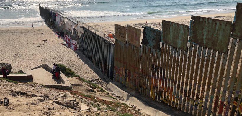 O muro de fronteira EUA-México se estende para o Oceano Pacífico com Playa Tijuana, México ao sul e San Ysidro, Califórnia ao norte. A parede existente foi construída durante a administração Clinton. (Foto: Lauren von Bernuth)