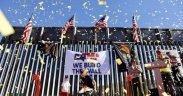 Uma parte do muro de fronteira construído por We Build The Wall, um grupo privado que arrecadou dinheiro através de uma conta GoFundMe, em terras privadas no lado oeste de El Paso. O grupo realizou uma manifestação para celebrar a construção do muro em maio 30. Ivan Pierre Aguirre para o Texas Tribune.