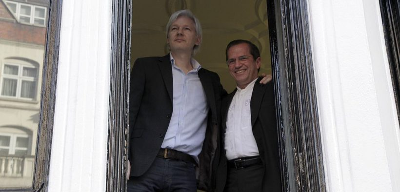 Ricardo Patiño, the Ministry of Foreign Affairs and Migration of Ecuador, meets with Julian Assange in 2013. (Photo: Cancillería Ecuador)