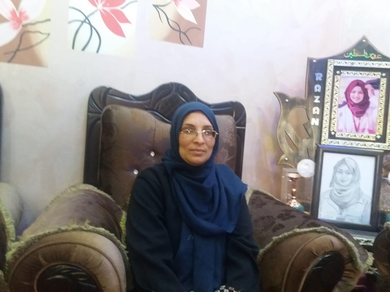 Sabreen Alnajjar, de moeder van Razan, in het huis van Razan. (Foto: Rami Almeghari)