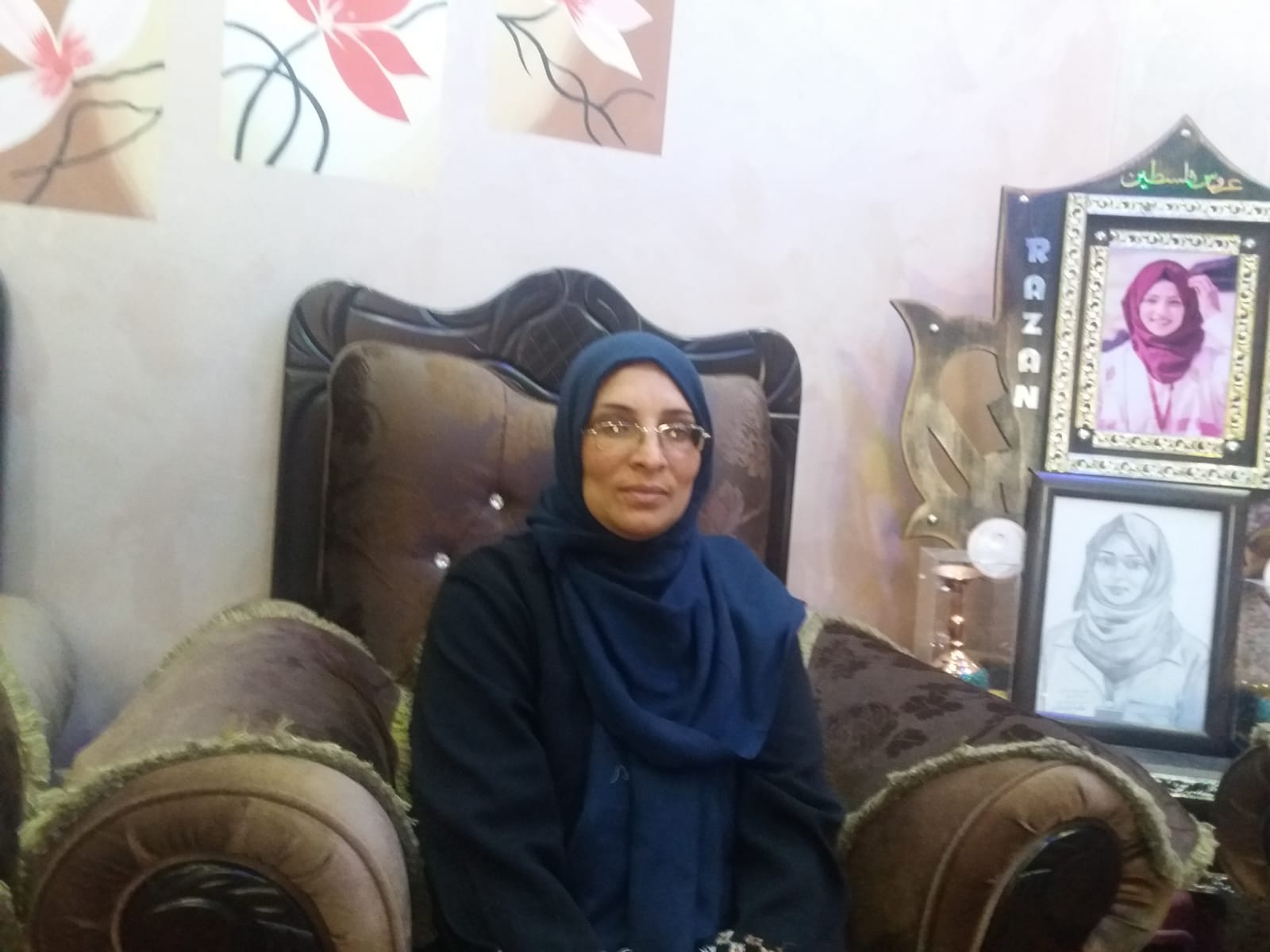 Sabreen Alnajjar, a mãe de Razan, na casa da família de Razan. (Foto: Rami Almeghari)