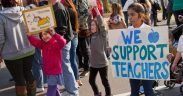 Lehrer und Unterstützer der öffentlichen Schule in Milwaukee streichen vor der Kneipe in Milwaukee ein