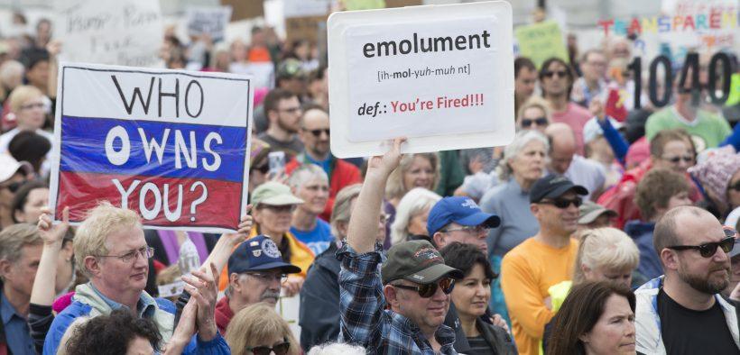 डोनाल्ड ट्रम्प अपने कर रिटर्न जारी करने की मांग करने के लिए रैली