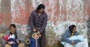 As mulheres ciganas no 2005 cuidam dos seus filhos depois da polícia limpar o bairro dos Roma onde vivem. (Foto: Giorgio, flickr)