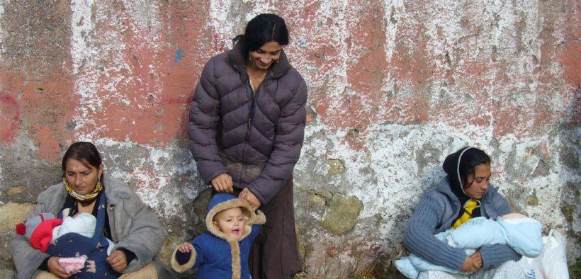 在警察清理了他们居住的罗姆人区后,2005的罗姆妇女照顾他们的孩子。 (照片:Giorgio,flickr)