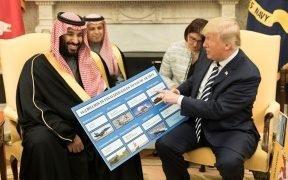 Il presidente Donald J. Trump, insieme al principe ereditario Mohammed bin Salman, mostra schede informative che mostrano quanti affari il Regno dell'Arabia Saudita genera per l'economia statunitense dopo il loro incontro alla Casa Bianca a marzo, 2018. (Foto: foto ufficiale della Casa Bianca, Shealah Craighead)