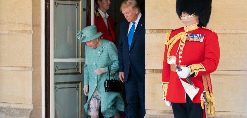 President Donald J. Trump loopt met de Britse koningin Elizabeth II tijdens een welkomstceremonie in Buckingham Palace, maandag 3, 2019 in Londen. (Officiële foto van het Witte Huis door Andrea Hanks)