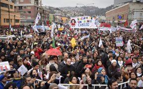 Massa buiten het Chileense Nationale Congres op 11 in juni. (Foto: Facebook / Colegio de Profesores de Chile)
