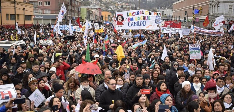 Multitude en dehors du Congrès national chilien le 11 de juin. (Photo: Facebook / Colegio de Profesores de Chile)