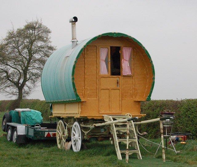 在沃里克郡(Grandborough Fields Road)的Grandborough Fields的2009拍摄的Romani旅行车(Grandborough Fields Road是旅游人士的热门景点)