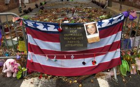 Mémorial pour Heather Heyer sur 4th Street SE à Charlottesville, en Virginie. Heyer a été tué à la suite du rassemblement Unite the Right.